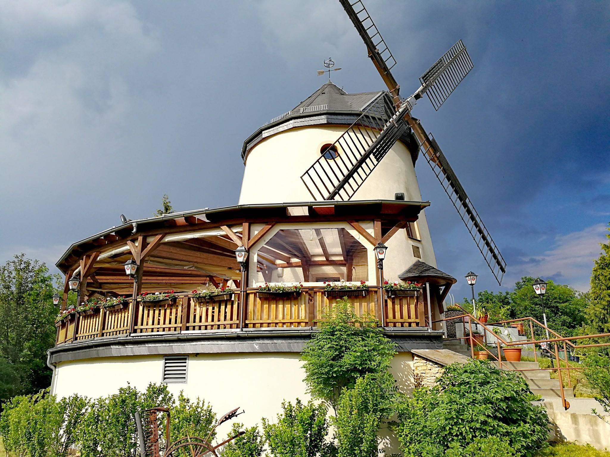 Mühle mit dunklen Himmel